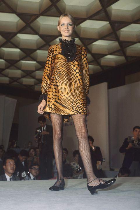 Fashion model, Fashion, Fashion show, Runway, Fashion design, Footwear, Model, Event, Haute couture, Fur,