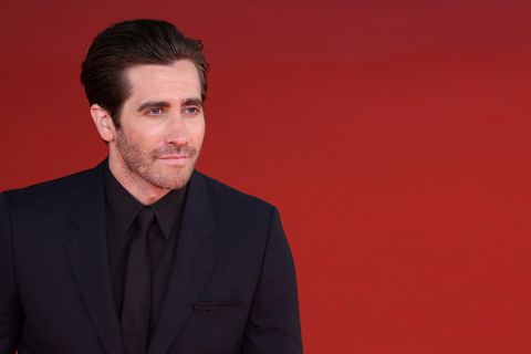 Jake Gyllenhaal, traje azul, camisa negra, elegancia, elegancia masculina, clase, clase masculina, hombre, ropa hombre, traje hombre, camisa hombre, actor elegante