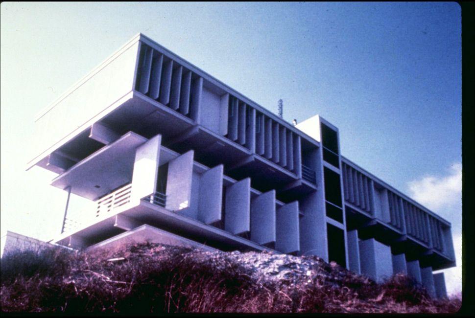 The Iwata Residence in Monterey Park, 1962. Designed by Pierre Koenig.