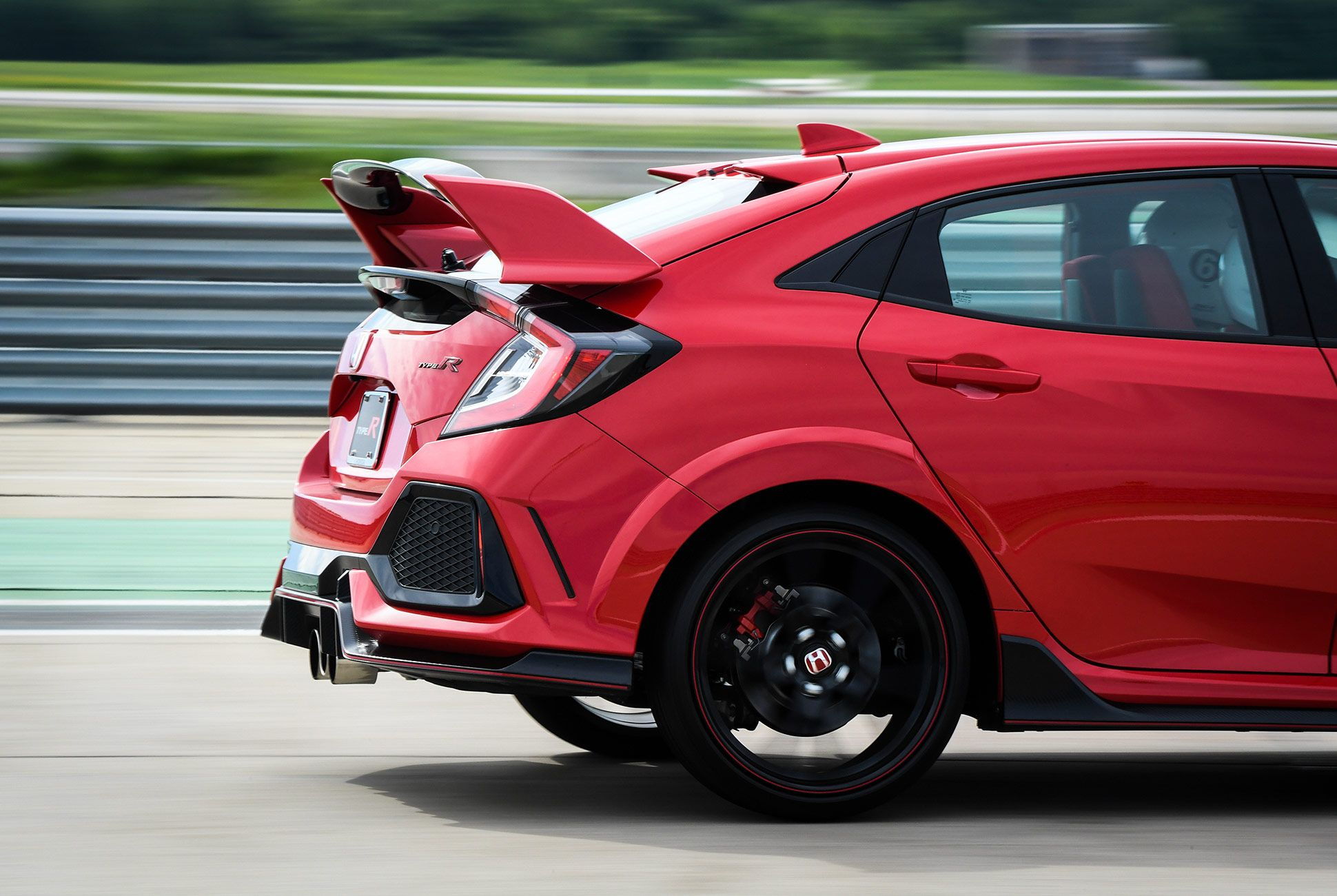 Honda-Civic-Type-R-2017-gear-patrol-10