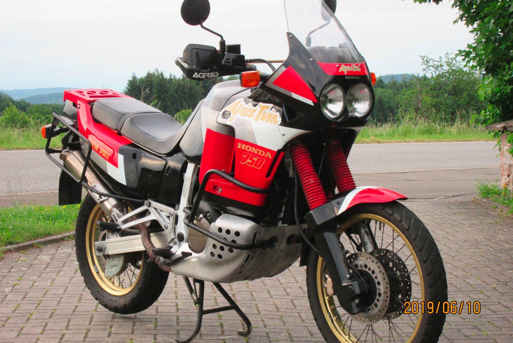 1992-Honda-XRV750-Africa-Twin-RD04-gear-patrol-slide-01