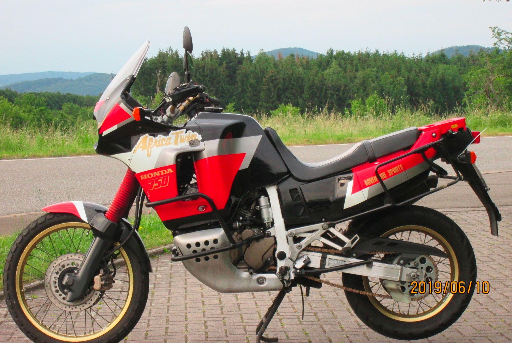 1992-Honda-XRV750-Africa-Twin-RD04-gear-patrol-slide-02