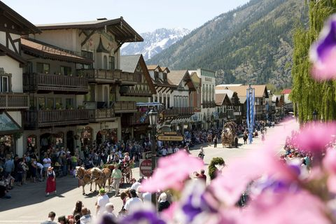 Mountain range, Crowd, Town, Carriage, Tourism, Hill station, Purple, Working animal, Lavender, Travel,