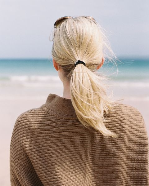 Brown, Hairstyle, Sleeve, Shoulder, Textile, Mammal, Back, Hair accessory, Beauty, Ocean,