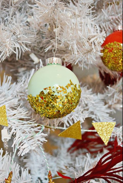 13 Best DIY Christmas ornaments. 13 Ultimate DIY Christmas ornaments that look magical and will bring somuch joy to your entire home. These 13 best DIY Christmas ornaments are super easy, crazy-cheap and you can DIY it. #ornaments #christmas #holidays #christmasornaments #christmasdecor #homedecor #homedecorations #christmasdecorations #holidaydecor