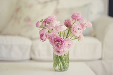 Petal, Flower, Bouquet, Pink, Room, Cut flowers, Interior design, Flowering plant, Artifact, Centrepiece,