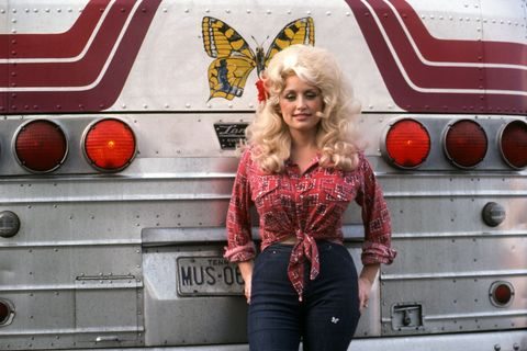 Country Singer Dolly Parton poses for a portraitby her tour bus before performing in September 1977 in Detroit, Michigan.