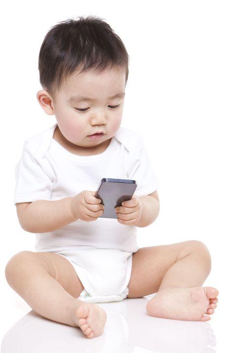 Finger, Skin, Hand, Sitting, Child, Baby & toddler clothing, Elbow, Barefoot, Comfort, Knee,