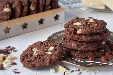 Food, Finger food, Dishware, Cookies and crackers, Biscuit, Baked goods, Plate, Dessert, Serveware, Cookie,