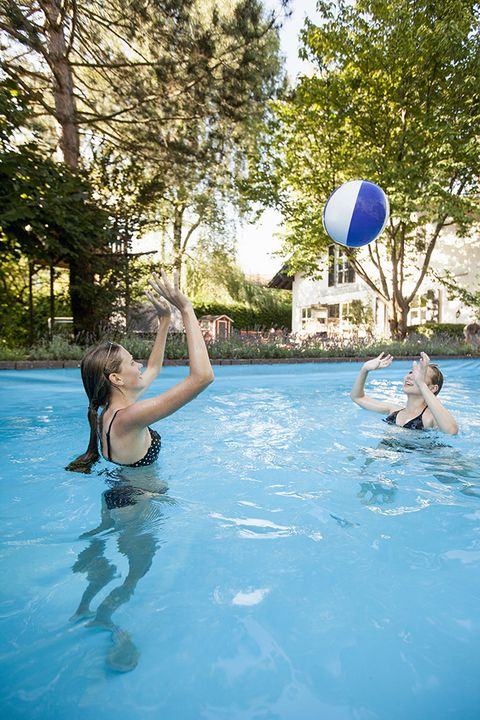 20 fun swimming pool games for kids best games to play - Swimming pool games for two players ...