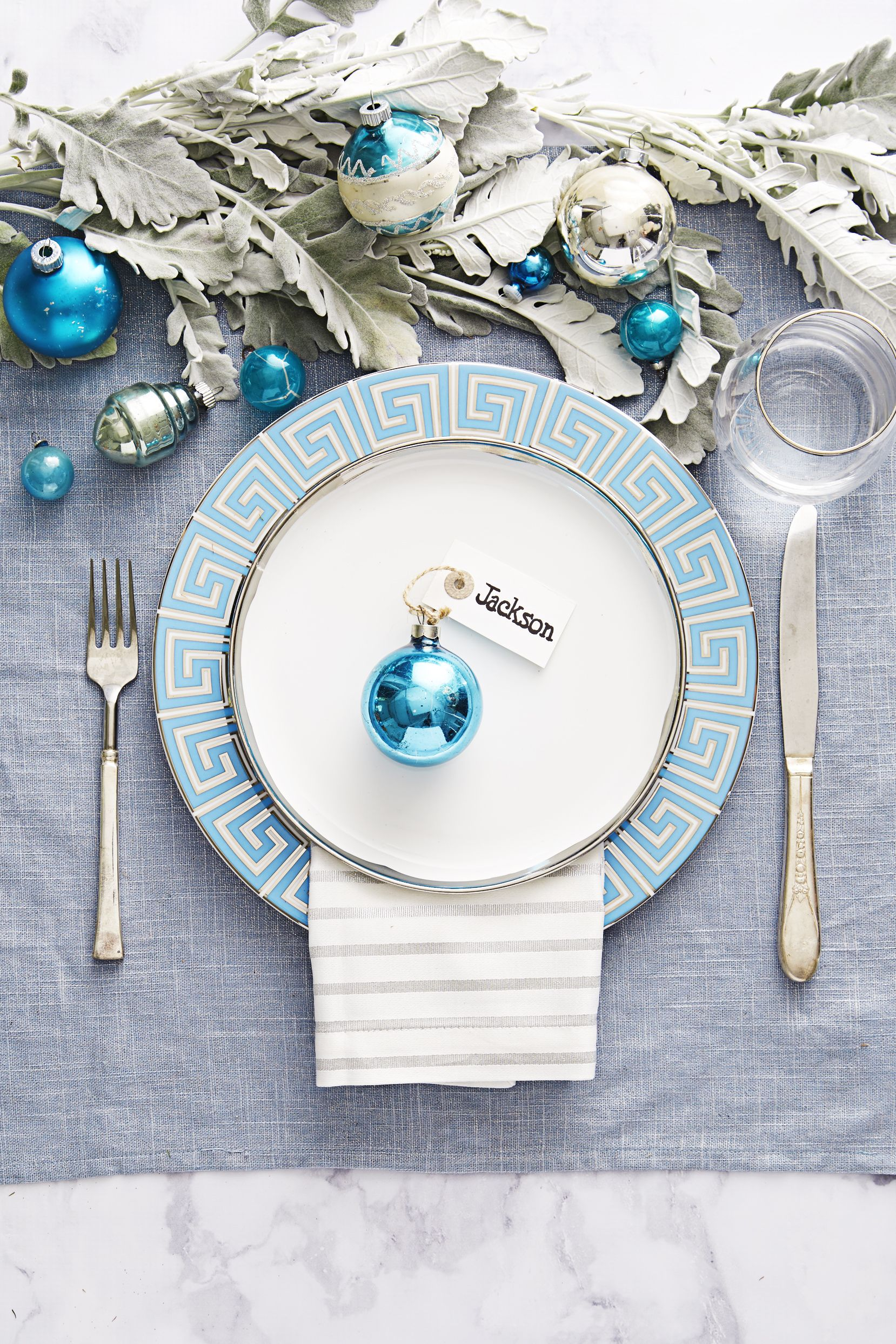 9 Christmas Tablescapes - Christmas Table Setting Ideas