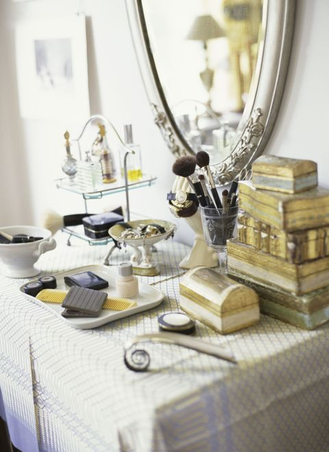 Tablecloth, Serveware, Linens, Dishware, Home accessories, Mirror, Brass, Kitchen utensil, Trophy, Bronze,