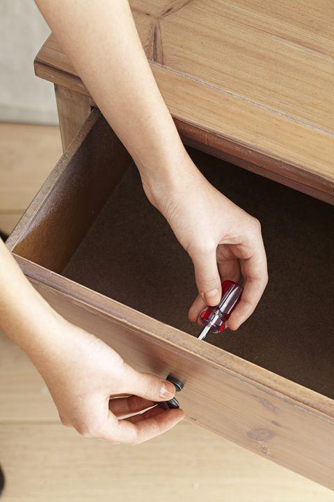 Finger, Joint, Wrist, Wood stain, Nail, Toe, Hardwood, Tan, Plywood, Beige,