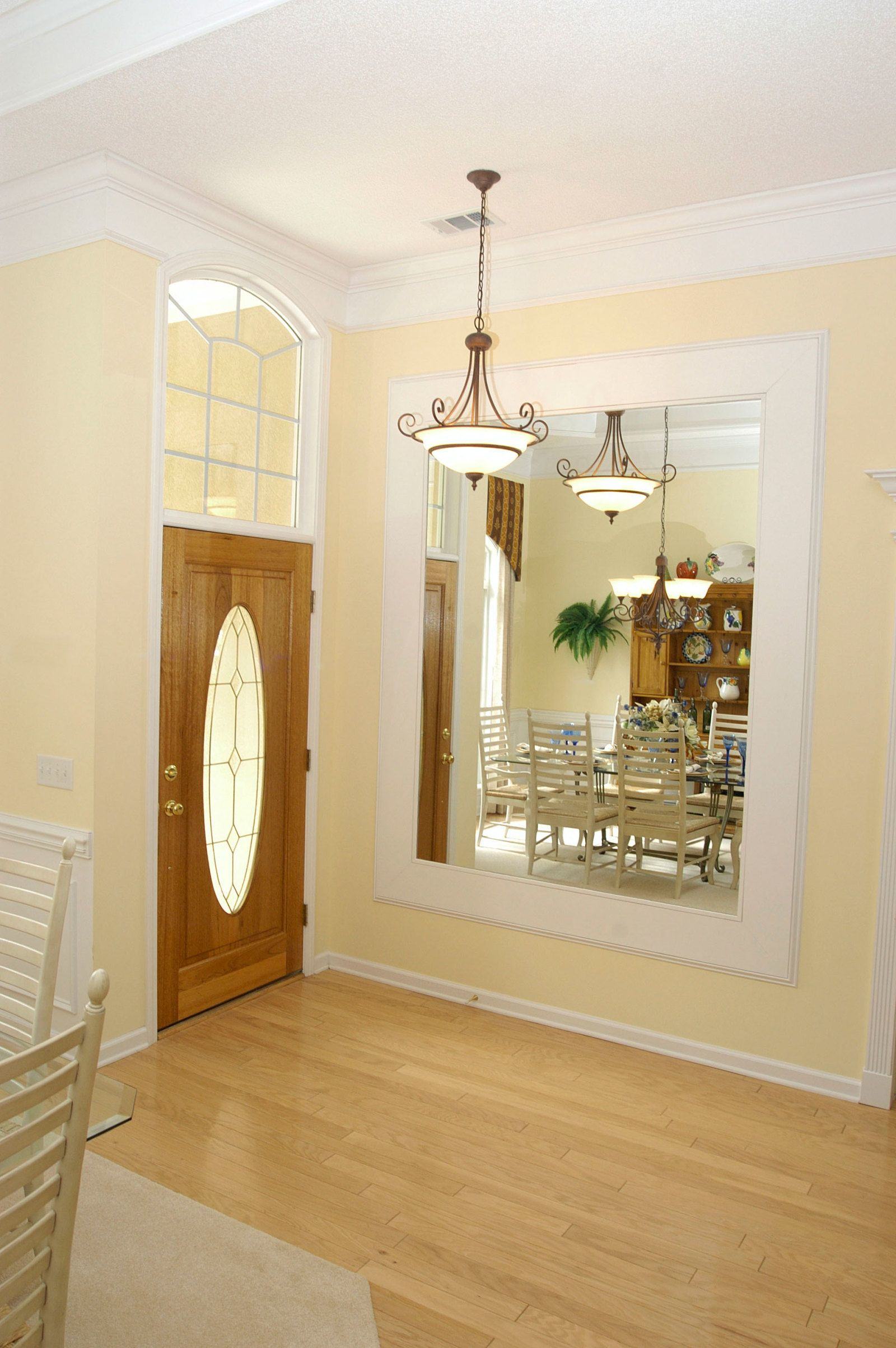 Superieur Foyer With Large Mirror