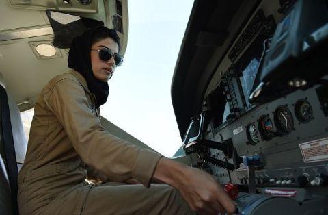 Niloofar Rahmani, 23 anni, è la prima donna afghana ad essere diventata pilota delle forze armate.