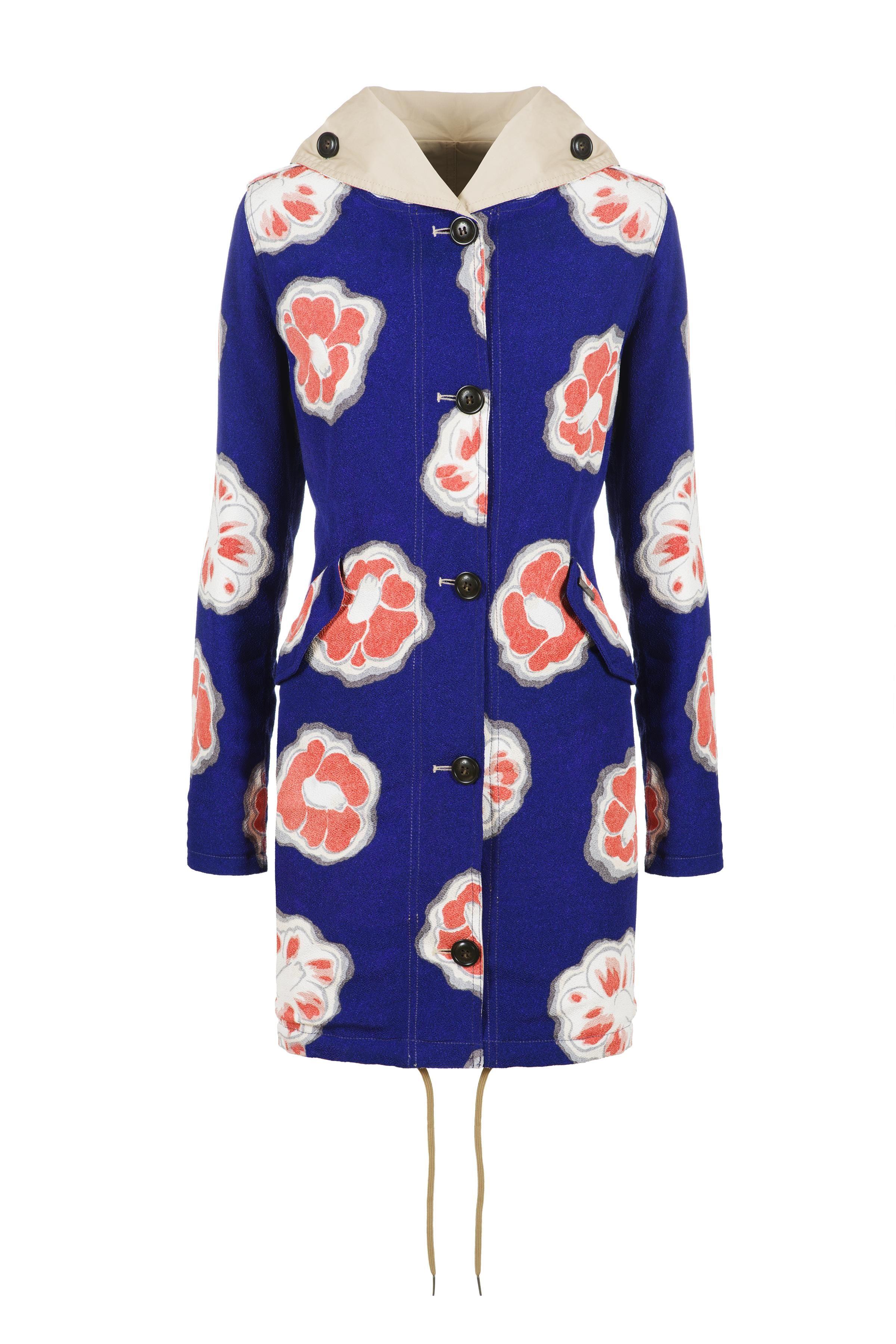 """<p>Cosa succede quando le fantasie della tradizione giapponese incontrano l'outwear della moda americana? Nasce una speciale collezione primavera estate 2016 di Woolrich John Rich & Bros che porta anche la firma di Okajima, storico marchio di tessuti stampati da kimono, con fabbrica e stamperia a Kyoto. La star del progetto è<span class=""""redactor-invisible-space"""" style=""""line-height: 1.6em&#x3B; background-color: initial&#x3B;"""">  senza alcun dubbio </span>il Prescott Reversible Parka, un capo che si prepara a diventare must have di stagione. Reversibile, completamente water resistant nella parte tinta unita, mentre l'altro lato su fondo blu appaiono giganteschi fiori corallo da tradizione giapponese.<span class=""""redactor-invisible-space"""" style=""""line-height: 1.6em&#x3B; background-color: initial&#x3B;""""> Per chi preferisce fantasie più delicate, invece, c'è anche il modello con piccolissimi fiori e per le """"twitter addicted"""", disegni di uccellini in grigio chiaro su fondo grigio.</span></p><p><br></p>"""