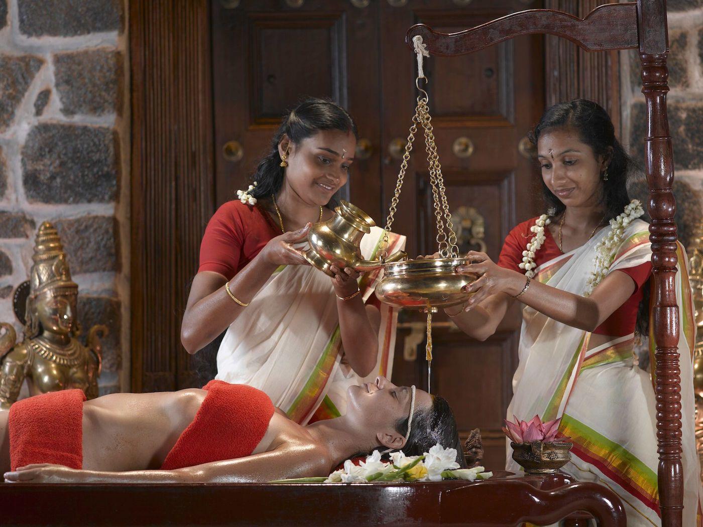 """<p>Ringiovanire con l'Ayurveda: è questo uno dei motivi per cui si parte per il Kerala. Ma scordatevi l'idea del """"massaggio"""", che pure è il piacevole mezzo attraverso cui vengono somministrati i trattamenti a base di oli, erbe medicinali, latte. Preparatevi a un percorso di benessere fatto di rituali complessi che, sotto controllo medico, puntano all'equilibrio del corpo e della mente, alla purificazione, al rafforzamento delle difese immunitarie. </p>"""