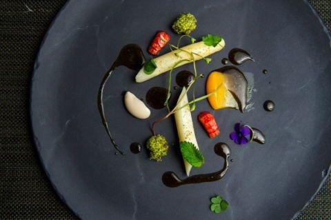 <p>Sono ricchi di glutatione, che favorisce la depurazione dell'organismo: gli asparagi sono una delle verdure primaverili per eccellenza. </p>