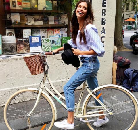 <p>È ecologica ed economica: la bicicletta è un modo semplice e alla portata di tutti per tonificare e snellire le cosce, specie se si utilizza un modello da uomo che permette di allungare le gambe. Sara Sampaio docet: look casual, un bel sorriso e grandi pedalate anche in città. </p>
