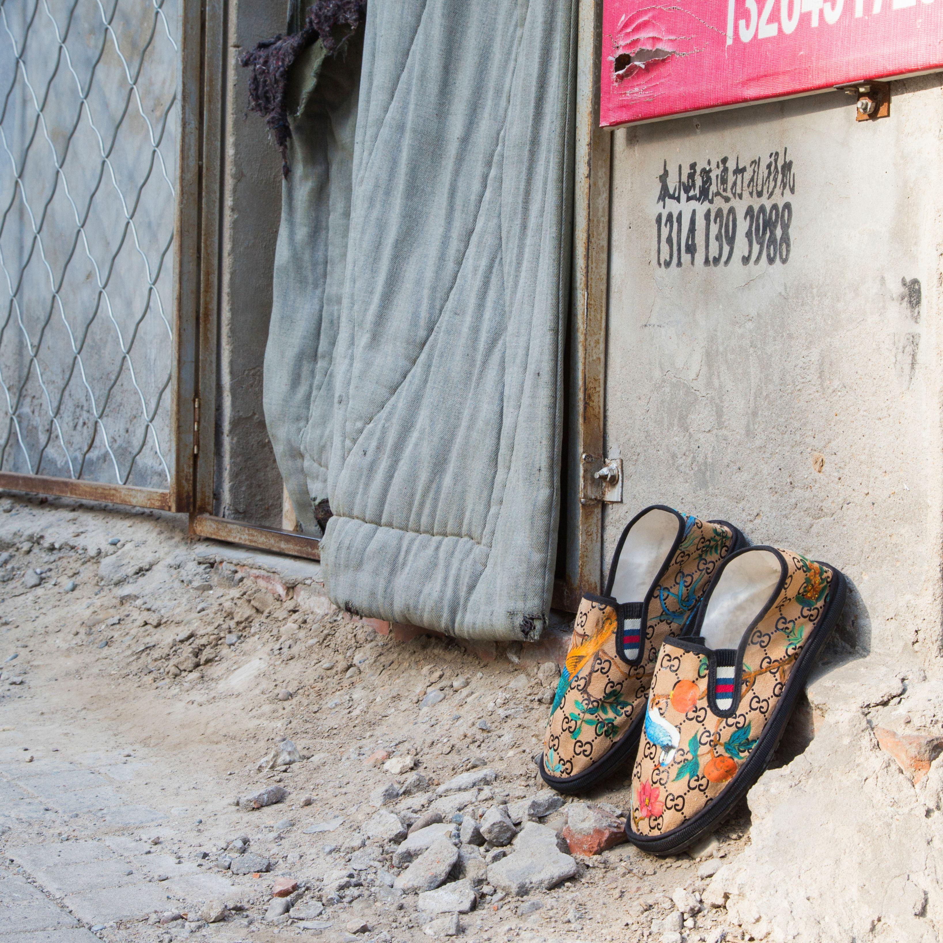 <p>Un paio di slipper Tian (create da lei stessa) in un contesto urbano decadente, per l'artista Cao Fei che cerca, nella sua opera, di evocare il contrasto tra le antiche raffigurazioni artistiche di uccelli e fiori e la Cina industrializzata contemporanea. </p>