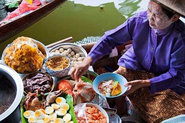 <p>In Thailandia la forchetta viene utilizzata solo per accompagnare il cibo verso il cucchiaio, unico utensile autorizzato. Solitamente non si usano le bacchette, a meno che non si stia mangiando un piatto Chinese-style, servito in una ciotola. Nella cucina thai, la condivisione è alla base del pasto, con pietanze servite tutte assieme, anziché divise per portate. Attenzione però: è considerato scortese prendere l'ultima porzione dalla ciotola comune senza prima di aver chiesto agli altri.</p>