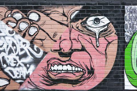 <p>Oggi l'indotto legato alla street art produce ricchezza per l'intera città. La mecca del turismo graffitaro è il quartiere Stokes Croft (nella foto), dove convergono centinaia di fedeli di Banksy e dei suoi epigoni. Accanto a giovani artisti che affrescano muri a loro destinati, ragazzini e cinquantenni esplorano ogni vicolo fotografando muri impreziositi da firme che ormai espongono anche a Los Angeles e Tokyo. Tappa imperdibile, il palazzo che ospitava il negozio di dischi techno e hip hop Subway records, dove campeggia <em>Mild Mild West</em>, opera di Banksy che, in un sondaggio online, è stata votata come il segno distintivo della città. </p>