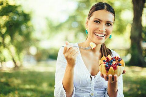<p>Mangia più spesso ma riduci le quantità. La prima regola è concedersi 5 pasti al giorno:<br> un piccolo escamotage che riattiva il metabolismo ed evita di arrivare<br> affamata a tavola. Tre pasti principali più due spuntini per spezzare la fame sono l'ideale.</p>