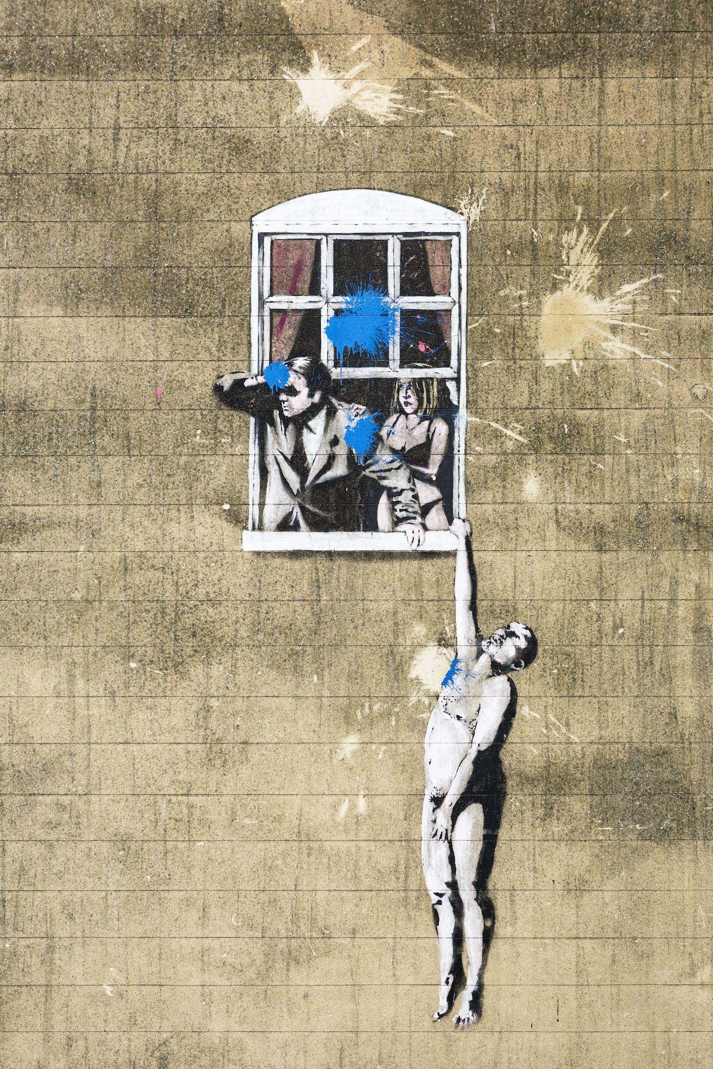 """<p>Comunque stiano le cose, se un fenomeno sovversivo come la street art è oggi anche una realtà di massa con ingenti risvolti commerciali, molto lo si deve proprio a Banksy (nella foto, una sua opera su un muro di Bristol). Fu lui uno dei principali protagonisti dell'evento che portò lo sguardo dei critici sulle opere di un gruppo di artisti fuori dell'ordinario: anziché sulle tele, dipingevano sui muri urbani. La consacrazione avvenne nel 1985, quando la <a href=""""http://arnolfini.org.uk"""">Galleria Arnolfini</a> inaugurò l'esposizione <em>Graffiti art in Britain</em>, documentando le forme d'arte giovanile del territorio e dando spazio a tutti i giovani artisti che fino a quel momento si erano espressi solo in strada.</p>"""