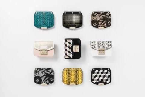 """<p>Prendi una borsa iconica e rendila tua, come? Giocando con """"My Play Furla"""", la capsule collection di <a href=""""http://www.furla.com/it/it"""">Furla</a> che lascia spazio alla creatività e ti trasforma in fashion designer dandoti la possibilità di personalizzare la it-bag Furla Metropolis. Un arcobaleno di opzioni che vanno dalla scelta del colore della stessa borsa (nero, bianco o rosa) alle chiusure da trasformare con 10 flaps intercambiabili in tinta unita o con borchie, disegni cubo 3-D, pitone stampato e scintillanti motivi a fiori.<span class=""""redactor-invisible-space""""> Un abito per la tua borsa da farle indossare seguendo il mood della giornata, l'occasione e il gusto personale. Non una borsa sola ma tante! E come ogni designer che si rispetti, immancabile la firma sulla propria creazione, con l'aggiunta delle iniziali sul portachiavi in pelle<span class=""""redactor-invisible-space"""">.</span></span></p>"""