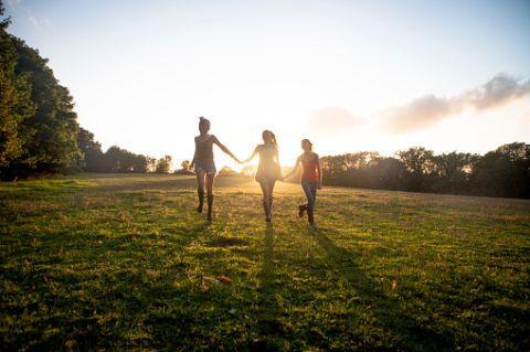 <p>Camminare in compagnia è un ottimo modo di ottimizzare la vita sociale. Se, causa impegni lavorativi e familiari, il tempo libero da dedicare alle amicizie è poco, approfitta della mezz'ora quotidiana di camminata per stare con le amiche del cuore. Camminare in compagnia fa ancora meglio.</p>