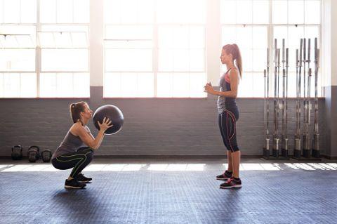 """<p>Gli squat sono efficaci sia per i glutei che per le cosce e possono essere fatti con pesi o senza. Si parte da posizione eretta, gambe divaricate all'altezza delle spalle, schiena dritta e mani lungo i fianchi. Piegarsi fino a che le <a href=""""http://www.elle.com/it/benessere/fitness/news/g201/come-dimagrire-le-cosce-esercizi-efficaci-per-tonificare-le-gambe/"""">gambe</a> non formano un angolo di 90° e rialzarsi. Effettuare 3 serie da 15 ripetizioni l'una.</p>"""