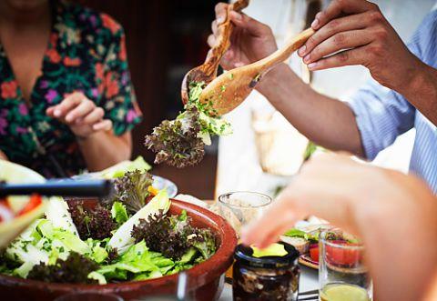 Via libera alle verdure, soprattutto a inizio pasto: aumentano il senso di sazietà e hanno proprietà detossinanti. Prediligi finocchio, sedano, carote, cavolfiore, broccoli, cavolo nero, rucola, pomodori, zucchine, cetrioli e verza. Meglio se mangiati a crudo, al vapore o saltati in padella con un goccio d'olio. Sono perfette anche come spezza fame, perché contengono pochissime calorie.