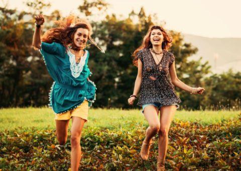 """<p>Camminare all'aria aperta fa bene all'umore, ma solo se ci si inoltra in mezzo alla natura. Che si tratti di un parco in città, di aperta campagna o di una passeggiata in montagna, l'importante è muovere le <a href=""""http://www.elle.com/it/benessere/fitness/news/g241/come-dimagrire-le-gambe-e-tonificare-le-cosce-in-12-settimane/"""">gambe</a> in mezzo al verde respirando a pieni polmoni: sarà il tuo antidepressivo naturale.<br/></p>"""