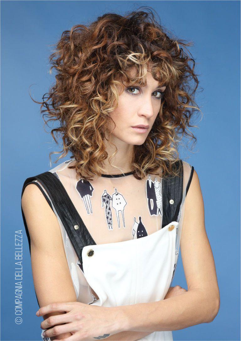 Tagli capelli medi corti dietro lunghi davanti