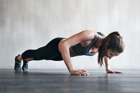 <p>Questo è un esercizio che tonifica molti muscoli: dorsali, braccia, addominali e naturalmente anche gambe e glutei. Da posizione prona posizionare le mani all'altezza del petto e sollevarsi con il corpo teso parallelo al pavimento. Mantenere la posizione per 60 secondi e ripetere 3 volte.</p>