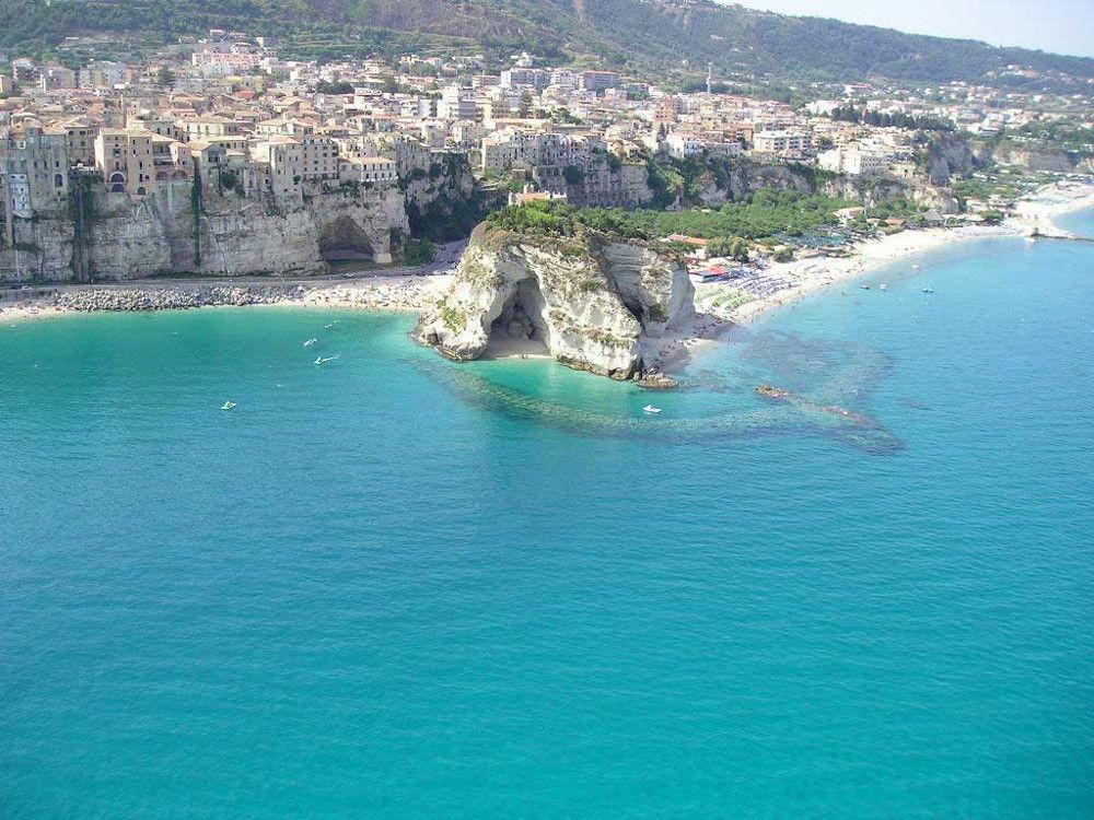 <p>Per quanto alle spalle ci sia una vera e propria cittadina, la spiaggia di Tropea (Vibo Valentia) è tra le preferite degli utenti di Tripadvisor. Lì, di fatto, comincia lo spettacolo dei sabbia e roccia di Capo Vaticano.</p>