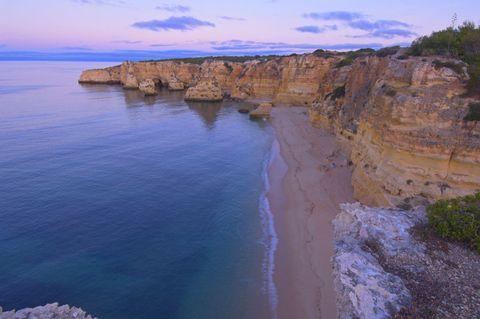<p>Un classico del Portogallo: l'Algarve, dove questa è una delle spiagge più amate.</p>