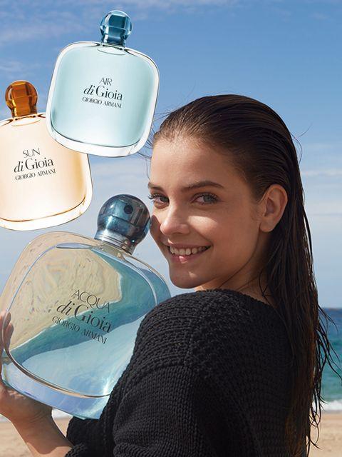 <p><strong>L'eau de parfum Acqua di Gioia </strong>di Giorgio Armani Beauty non è più sola. All'iconica fragranza lanciata nel 2009 come 'la fragranza del mare' (da € 44,90), <strong>si affiancano Air di Gioia e Sun di Gioia</strong>, che evocano rispettivamente la brezza e il sole dell'estate. Per apprezzarle in Italia, dovrete però attendere la loro uscita nei punti vendita, prevista per il 15 maggio 2016.</p><p><strong>Mentre Acqua è un jus frizzante </strong>che sprigiona note di menta sminuzzata e limone femminello primo fiore, <strong>Air è un mix di accordo salino</strong>, peonia, patchouli e cipresso, e Sun richiama l'atmosfera estiva con il fiore di frangipani, la vaniglia, l'iris e l'ambrox. </p><p><strong>Il nuovo volto delle tre fragranze è Barbara Palvin,</strong> 22enne top model di origini ungheresi.<br></p>