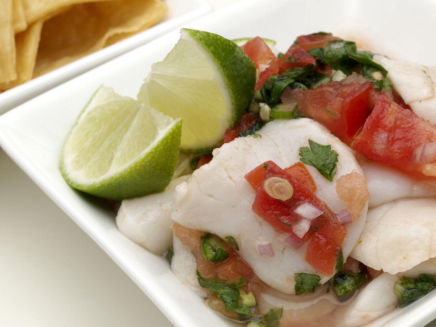 Un piatto di ceviche: pesce marinato nel lime e condito con cipolla e peperoncino.