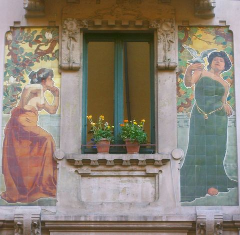 """<p>È il quartiere dell'architettura liberty: arte, design, food&wine sono i suoi punti forza, innumerevoli i locali e i ristoranti da provare.</p><p>In collaborazione con <a href=""""https://www.fondoambiente.it/"""" target=""""_blank"""">FAI-Fondo Ambiente Italiano</a> si organizzano dei tour gratuiti per scoprire gli edifici più affascinanti e poco conosciuti, tra cui <a href=""""https://www.fondoambiente.it/"""" target=""""_blank"""">l'Albergo Diurno Venezia</a>, si gira anche in <a href=""""http://www.bikingdays.com/"""" target=""""_blank"""">bici</a>! ( trovi l' info point da <a href=""""http://www.jannellievolpi.it/"""" target=""""_blank"""">Jannelli&Volpi</a>, in via melzo 7: é un bellissimo negozio che, per l'occasione, presenta le nuove collezioni di tessuti, wallpaper e oggettistica).</p><p>Visita il <a href=""""http://www.portaveneziaindesign.com/"""" target=""""_blank"""">sito</a> , ti puoi orientare consultando la mappa e selezionando i vari settori.</p><p>Un consiglio per una pausa pranzo all'insegna della cucina crudista: passa da <a href=""""http://www.v3raw.com/"""" target=""""_blank"""">Raw3</a> in via Spallanzani angolo Regina Giovanna.</p>"""
