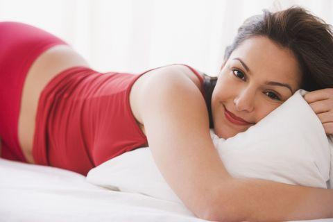 """<p><strong></strong>Nel millennio in cui il sesso è stato sdoganato in tutte le sue declinazioni, immaginare donne che ancora faticano a raggiungere l'apice del piacere ha quasi dell'inverosimile. Eppure, a detta dei sessuologi, l'orgasmo resta per molte un desiderio tuttora non realizzato o vissuto con ansia e poca propensione all'abbandono. <br><strong>Uno dei vantaggi di imparare a usare un buon vibratore</strong> è proprio questo: prendere confidenza con i propri meccanismi del piacere e giocare con il corpo, per conoscersi meglio e per ampliare la gamma delle sensazioni. Ad alcune potrebbe anche succedere di sperimentare un tipo di orgasmo """"diverso"""" dal solito. Il motivo sta nella forma del sex toy. Provate a farci caso: oltre il 20 per cento dei vibratori non sono """"dritti"""", bensì lievemente """"storti"""". <br><strong>Sono proprio quelli ricurvi i modelli più adatti </strong>alla stimolazione del punto G o, se vogliamo chiamarlo con un termine scientificamente più corretto, il cosiddetto Cuv, ovvero il complesso clitoro-uretro-vaginale. «Definirlo """"punto"""" è scorretto, perché in realtà si tratta di una regione anatomica ben più ampia, che include il clitoride, l'uretra e la parete vaginale anteriore. <br><strong>Se adeguatamente stimolata, </strong>questa area può dare origine al tanto ambito (e per molte sconosciuto) orgasmo vaginale, diverso rispetto a quello che si ottiene con la stimolazione del clitoride. Un vibratore dalla forma giusta, può aiutare ogni donna a esplorare anche questa potenzialità», suggerisce il professor Jannini.</p>"""