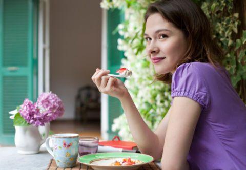 <p>Uno dei fondamenti della dieta dei 22 giorni è la proporzione 80-10-10, ovvero 80% di carboidrati, 10% di grassi e 10% di proteine. Nei carboidrati sono incluse frutta e verdura, alla base dell'alimentazione vegetale proposta da Borges. Cereali e legumi sono da consumare nella prima parte della giornata, per permettere all'organismo di smaltirli con più facilità.</p>
