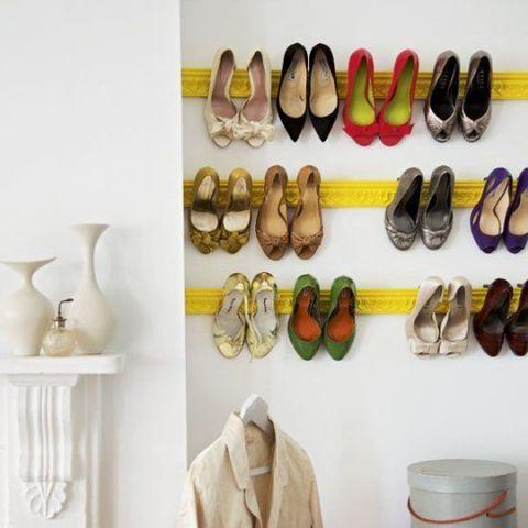 """<p>Se vuoi esporre la tua collezione di tacchi copia questa idea fashion e colorata: colora delle <a href=""""http://www.esaem.it/cornici-e-rosoni-in-gesso/cornici-in-gesso/ """">cornici di gesso</a>  della tinta che più ti piace. Lascia asciugare e appendile con dei tasselli al muro. Un consiglio: gioca sul contrasto con la parete e scegli una vernice lucida all'acqua per far risaltare la composizione</p>"""