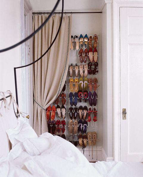 """<p>Basta una piccola rientranza della parete, 20-30 cm sono sufficienti, per attrezzare una scarpiera a vista per tutte le tue scarpe.</p><p>Attrezzati con degli <a href=""""http://shop.panorama-auto.it/amos-scarpiera-portascarpe-da-36-paia-di-scarpe-12-livelli-ripiani-da-appendere-al-muro-porta-organizzatore-salvaspazio-prodotto-B00G486Z6K"""" target=""""_blank"""">elementi modulari</a> da appendere a tutta altezza.</p><p>(photo <a href=""""http://www.stevenrandazzo.com/"""">credits</a>)</p><p><br></p>"""