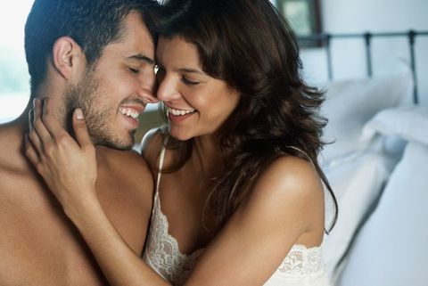 """<p><strong></strong>Negli Usa spopolano vibratori di nuova generazione, pensati per venire utilizzati con lui, qualche minuto prima di fare l'amore. Sono stati progettati per le donne, ma si rivelano utilissimi per il benessere sessuale della coppia, perché migliorano l'eccitazione, la sensibilità femminile e la lubrificazione naturale. <br><strong>Come funzionano?</strong> «Sono tutti varianti soft del famoso <a href=""""http://eros-therapy.com/products-page/eros-products/eros-therapy-device/"""">Eros Therapy clitoral device</a>, un dispositivo che in America viene venduto come presidio medico chirurgico (dietro prescrizione medica) ed è nato per riattivare la risposta erotica del corpo femminile e contribuire alla cura di alcune disfunzioni sessuali», spiega il professor Jannini. «È una """"campanella"""" di gomma soffice collegata a un dispositivo a forma di mouse che esercita una piacevole stimolazione. Si appoggia alla zona del clitoride, dove esercita un'azione aspirante che favorisce l'afflusso di sangue e lo stato di eccitazione fisica». Chi volesse provare una delle tante versioni soft basato su un meccanismo analogo, può acquistare online <a href=""""https://www.fiera.com/"""">Fiera</a>, approvato da un ricco comitato scientifico.</p>"""