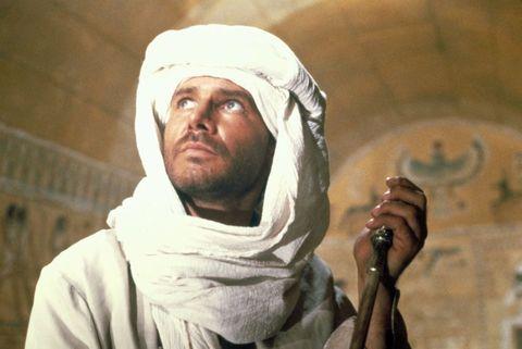 <p>Che il signore sotto il turbante bianco sia Harrison Ford, non è difficile capirlo. Lo è un po' di più indovinarlo come Indiana Jones, sprovvisto degli iconici cappello, giubbotto e frusta. Lui, più che perdersi, ritrova l'arca perduta nel primo capitolo della saga che l'ha reso una star planetaria, nel 1981. Ma parlando di «lost», era davvero impossibile non considerarlo.</p>