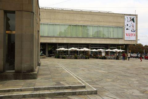 """<p>Gli eventi in calendario sono moltissimi e investono tutte le principali istituzioni, dalla <a href=""""http://kunsthaus.ch"""">Kunsthaus Zürich</a> al <a href=""""http://nationalmuseum.ch/e"""">Museo nazionale svizzero</a>, al <a href=""""http://rietberg.ch"""">museo Rietberg</a> che si sviluppa all'interno di tre ville dell'Ottocento fra gli alberi di un parco romanticissimo. Ma l'ondata di energia esplode anche nelle strade, nelle piazze, nelle stazioni ferroviarie (ce ne sono addirittura 13), perfino nelle chiese. Per esempio, quella di <a href=""""http://fraumuenster.ch"""">Fraumünster</a>, nella città vecchia, che vanta cinque strepitose vetrate in technicolor realizzate dal pittore Marc Chagall.</p>"""