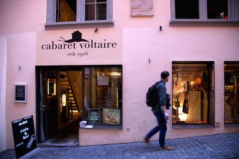 """<p>In centro, nell'atmosfera poetica dei palazzi color pastello che si specchiano nel fiume Limmat, ci sono ancora i caffè dove si incontravano gli esponenti del Dadaismo. Il tour del revival è intrigante, mixa delicatessen e mostre d'arte, a partire dal <a href=""""http://cabaretvoltaire.ch"""">Cabaret Voltaire</a> sulla Spiegelgasse 1, dove il movimento è nato ufficialmente il 5 febbraio 1916. Poi ci sono il <a href=""""http://odeon.ch"""">Café Odeon</a>, bello come i caffè viennesi, un tempo frequentato dai dadaisti e dal geniale fisico Albert Einstein, e il <a href=""""http://cafe-terrasse.ch"""">Café de la Terrasse</a>, proprio di fronte.</p>"""