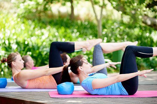 <p>Esercizio di equilibrio che rafforza i muscoli addominali alti e bassi ed è l'ideale per chi soffre di mal di schiena: da posizione supina solleva le gambe piegate e le spalle mantenendo la posizione per sessanta secondi. Ripeti per tre volte. </p>