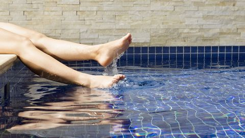 <p>Dopo una nuotata in piscina è importante fare la doccia per eliminare il cloro, usando un detergente per eliminare i residui che possono restare sulla pelle e talvolta reagire con farmaci topici o lozioni. </p>